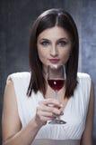 volwassen proevende wijn Royalty-vrije Stock Afbeelding