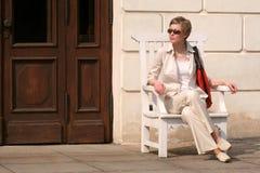 volwassen rustende vrouw stock afbeelding