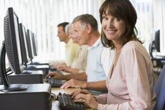 Volwassen studenten op een computer Stock Afbeelding