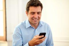 Volwassen uitvoerende kerel die een bericht lezen stock foto's