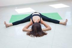 Volwassen van de de yoga binnenrek van de vrouwenpraktijk volledig het lichaamsschot royalty-vrije stock foto's