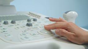 Volwassen vrouw artsen` s hand die een aftasten van het ultrasone klankapparaat voorbereiden Royalty-vrije Stock Foto's
