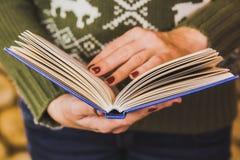 Volwassen vrouw die blauw boek houden Royalty-vrije Stock Foto