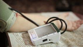 Volwassen vrouw die bloeddruk meten Gezondheidszorg in volwassenheid stock video