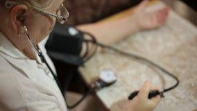 Volwassen vrouw die bloeddruk meten Gezondheidszorg in volwassenheid stock footage
