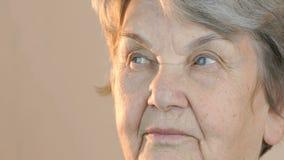 Volwassen vrouw die in kant kijken Dichte omhooggaand van het gezicht stock videobeelden