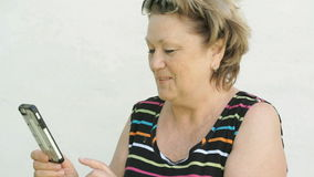 Volwassen vrouw die met echtgenoot spreken die slimme telefoon met behulp van stock videobeelden