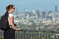 Volwassen vrouw die stedelijke stadshorizon bekijken stock foto
