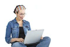 volwassen vrouw gapend bij notitieboekje i Royalty-vrije Stock Foto's