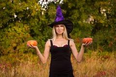 Volwassen vrouw in Halloween-kostuum het praktizeren yoga Stock Afbeelding