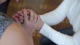 Volwassen vrouw Handen en steun houden is in probleem Morele hulp Omhels en troost stock videobeelden