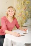 Volwassen vrouw met pillen Stock Foto's