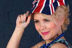 Volwassen vrouw in Union Jack-hoed Royalty-vrije Stock Foto's