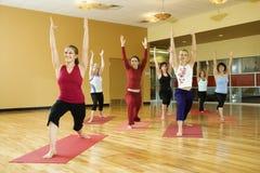 Volwassen vrouw in yogaklasse. Stock Foto