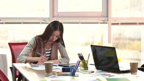 Volwassen vrouwelijk student het schrijven thuiswerk met tablet stock video