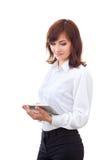 Volwassen wijfje in overhemd die tablet gebruiken Royalty-vrije Stock Foto's
