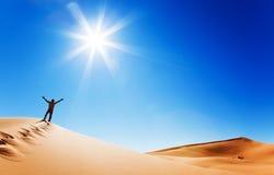 Volwassen witte mens die zich op een zandduin bevinden Stock Afbeeldingen