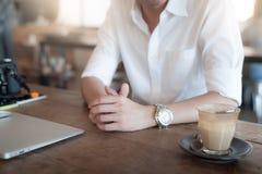Volwassen zakenman het drinken koffie in koffie Stock Afbeeldingen