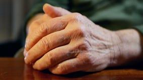 Volwassene van het handen de oude leven stock videobeelden