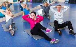 Volwassenen die pilates routine doen royalty-vrije stock afbeelding