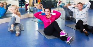 Volwassenen die pilates routine doen stock afbeeldingen
