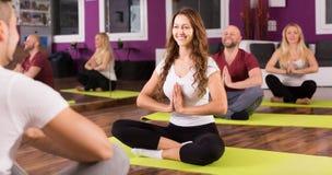 Volwassenen die yogaklasse hebben Royalty-vrije Stock Afbeeldingen