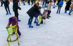 Volwassenen en kinderen het schaatsen Royalty-vrije Stock Foto's