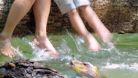 Volwassenen en kinderen` s voetenspel in het water stock video