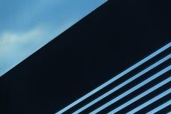 Volymetriska band på en vinkel på en bakgrund för blå himmel Del av fönstret abstrakt bakgrund Utrymme- och dynamikbegrepp Arkivbild