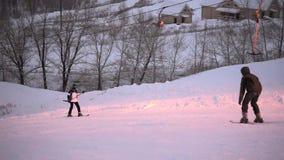 VOLZHSKII, RUSLAND - JANUARI 8, 2017: De man bij hoge snelheid neer aan afdaling op skis bij een skitoevlucht stock footage