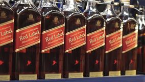 Volzhsky, Rusia - 26 de abril de 2019: Los productos de la venta del hipermercado del alcohólico Johnnie Walker son una marca de  almacen de metraje de vídeo