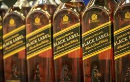 Volzhsky, Rusia - 26 de abril de 2019: Los productos de la venta del hipermercado del alcoh?lico Johnnie Walker son una marca de  foto de archivo
