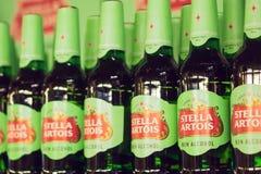 Volzhsky, Rusland - 26 april, 2019: Producten van hypermarket verkoop van de niet-alkoholische verkoop van bierstella artois van  royalty-vrije stock fotografie