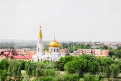 Volzhsky, Russland - 1. Juni 2019: Russische Draufsicht-Stadtansicht des Tempels lizenzfreie stockfotos