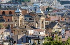 Vom Pincho-Hügel der in der Mitte von Rom ist, gibt es schöne Ansichten der Stadt Pincho-Hügel wird mit einem Spitznamen belegt lizenzfreie stockbilder