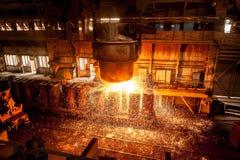 Vom Schöpflöffel gießt glühenden Stahl Lizenzfreies Stockfoto