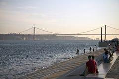 25. von April Bridge bei Sonnenuntergang in Lissabon, Portugal Lizenzfreie Stockbilder