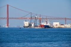 25. von April Bridge-Hängebrücke über Fluss Tejo in Lissabon Lizenzfreie Stockbilder