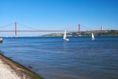 25. von April Bridge-Hängebrücke über Fluss Tejo mit Jesu Lizenzfreie Stockfotos