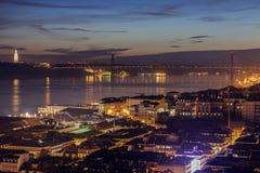 25. von April Bridge und von Cristo Rei Statue in Lissabon Lizenzfreie Stockfotografie