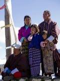 Von Bhutan Familie, welche die Festlichkeiten überwacht Stockbild
