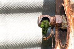 Von den alten rostigen Rohren (gebrochener Hahn) tropft Wasser Stockbild