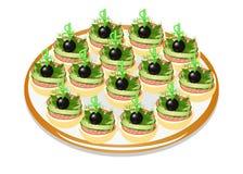 Von den Gurkensandwichen mit Wurst und Oliven auf einer Platte Stockfotografie