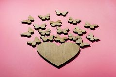 Von den Herzfliegenschmetterlingen ein Design für eine Postkarte stockfotos
