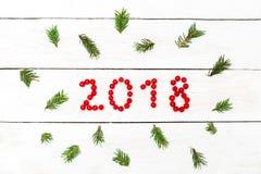 2018 von den roten Beeren eines Viburnum auf einem hölzernen Hintergrund flach Stockbild