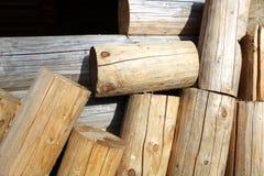 Von denen Klotz, zum eines Rahmens zu errichten Stücke Klotz nahe der Wand eines Holzhauses Stockbilder