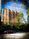 Von der anderen Straßenseite sich reflektieren Stockfoto