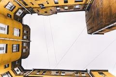 Von der Ansicht von unten über Dach des Hauses Lizenzfreie Stockfotos