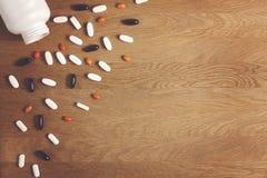 Von der Geschäftshintergrundserie Vitamine, diätetische Ergänzungen, Drogen, Tabletten auf Holztisch Apotheken-, Medizin- und Ges lizenzfreies stockbild