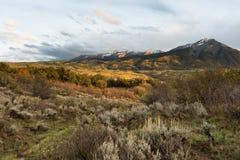 Von der Kelber-Durchlauf-Straße gesehen Ost- und Westen Beckwith-Berge, Colorado an stockbilder